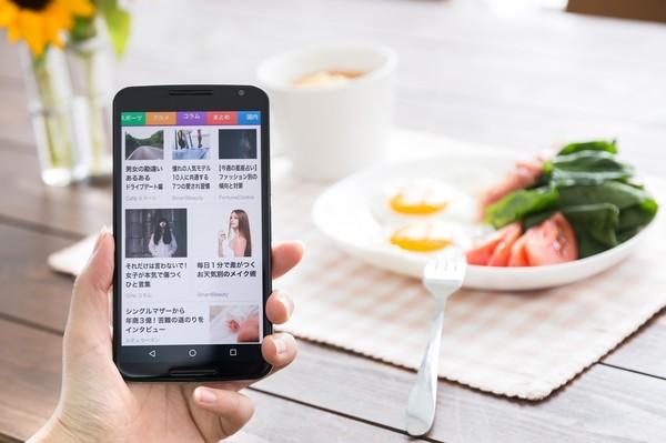 smartphone-breakfast.jpg
